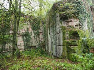 Wand im Steinbruch